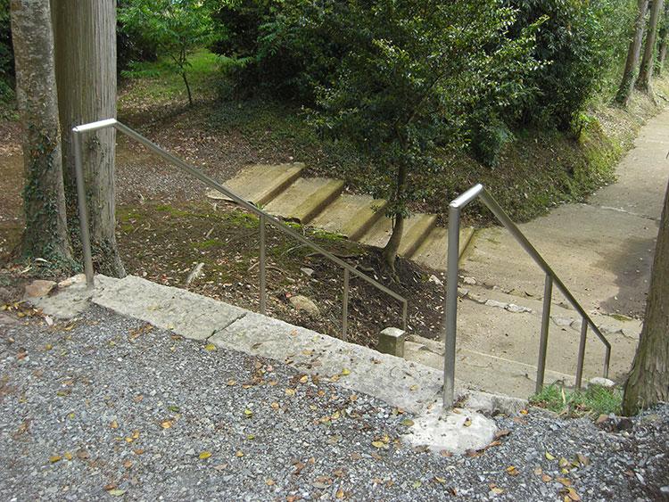 お神輿が通るということで、階段の両側に設置しました。