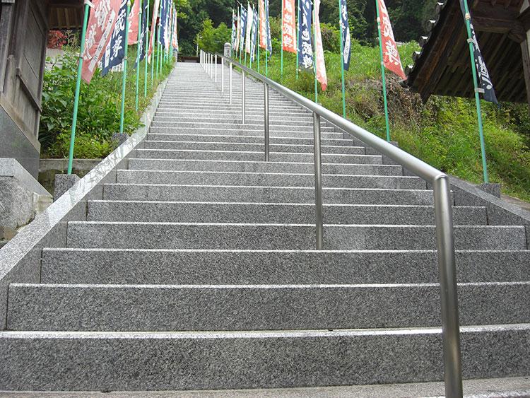 お寺のご住職様より、お参りされる方からの要望ということで「階段に手すり」と「危険防止のための手すり」を設置いたしました。山の上にある長い階段で、設置後は皆様にとても喜ばれているそうです。