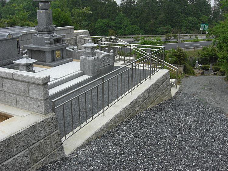 縦格子を使ったお墓の手すりです。形や格子の間隔はすべて施主様と打合せ決定しました。ご満足をいただいた製品です。