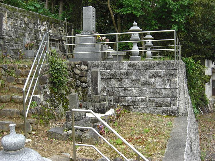 足の不自由な施主様がお墓参りをするために手すりを希望され、設置した例です。横桟2本により転倒防止も兼ねています。施主様もご先祖様に手を合わせることが出来るようになったと喜んでくださいました。