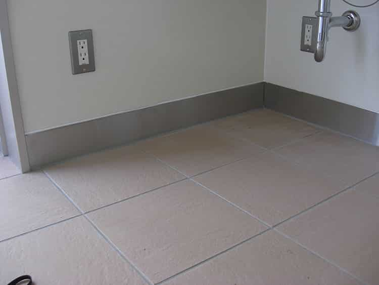 トイレ内の足元、壁の立ち上がりにステンレス巾木を設置しました。これで床を水洗いしても大丈夫です。