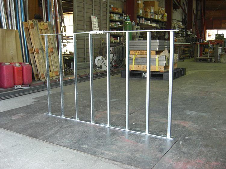 スチールメッキの侵入防止柵です。マンホールの入り口が狭いため、2分割で製作し現場にて接合しました。