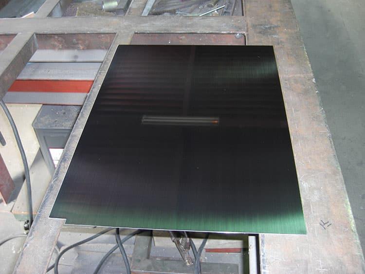 厚さ1.2mm、磨き#400仕様の「キッチン用壁板」を製作しました。鏡とはいきませんが、写真を撮る姿が写り込むぐらいの鏡面仕様です。