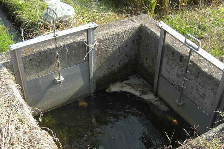 近隣の町内会からの要望で、ステンレスの堰(せき)板を設置しました。高齢者が川の下に降りなくても道の上から段階的に水量を調節できる、当社オリジナルの製品です。この他にも多数設置経験があり、みなさまに大変よろこばれています。