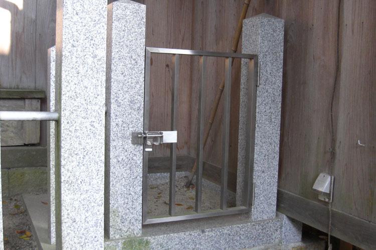 侵入防止の門扉で、掛金部分もすべてステンレス製で製作しております。