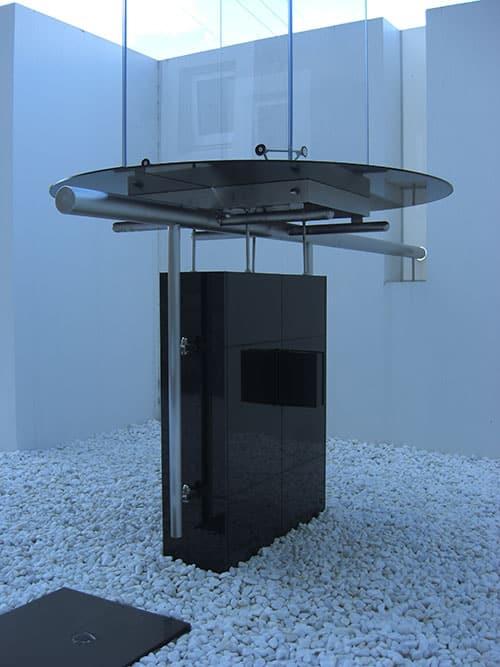 モニュメントの架台をステンレスで製作しました。展示品を支える架台としての機能に美しさを感じる仕様です。