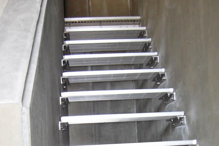 倉庫のメッキ階段が老朽化した為、ステンレス製の階段に変更しました。踏み板の部分は既製品を使用し、下地用の受けアングルなどすべてステンレスに交換しております。