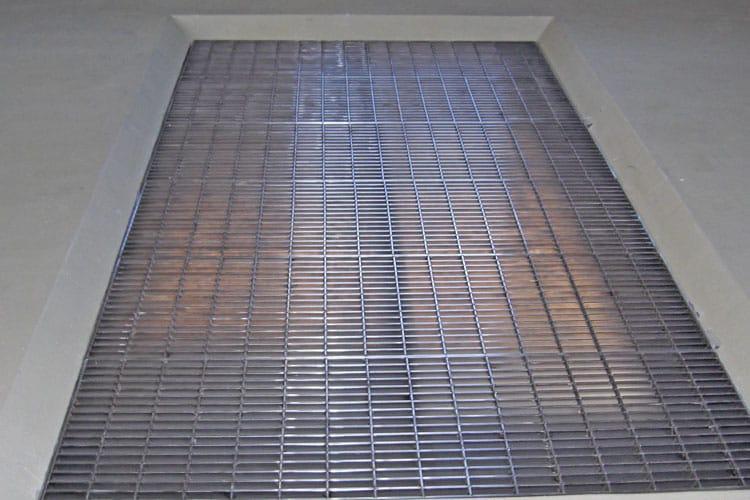 倉庫床のメッキ製のグレチングが老朽化した為、ステンレス製のグレーチングに交換しました。グレーチングの縦と横のバーを全交点溶接した特注品です。
