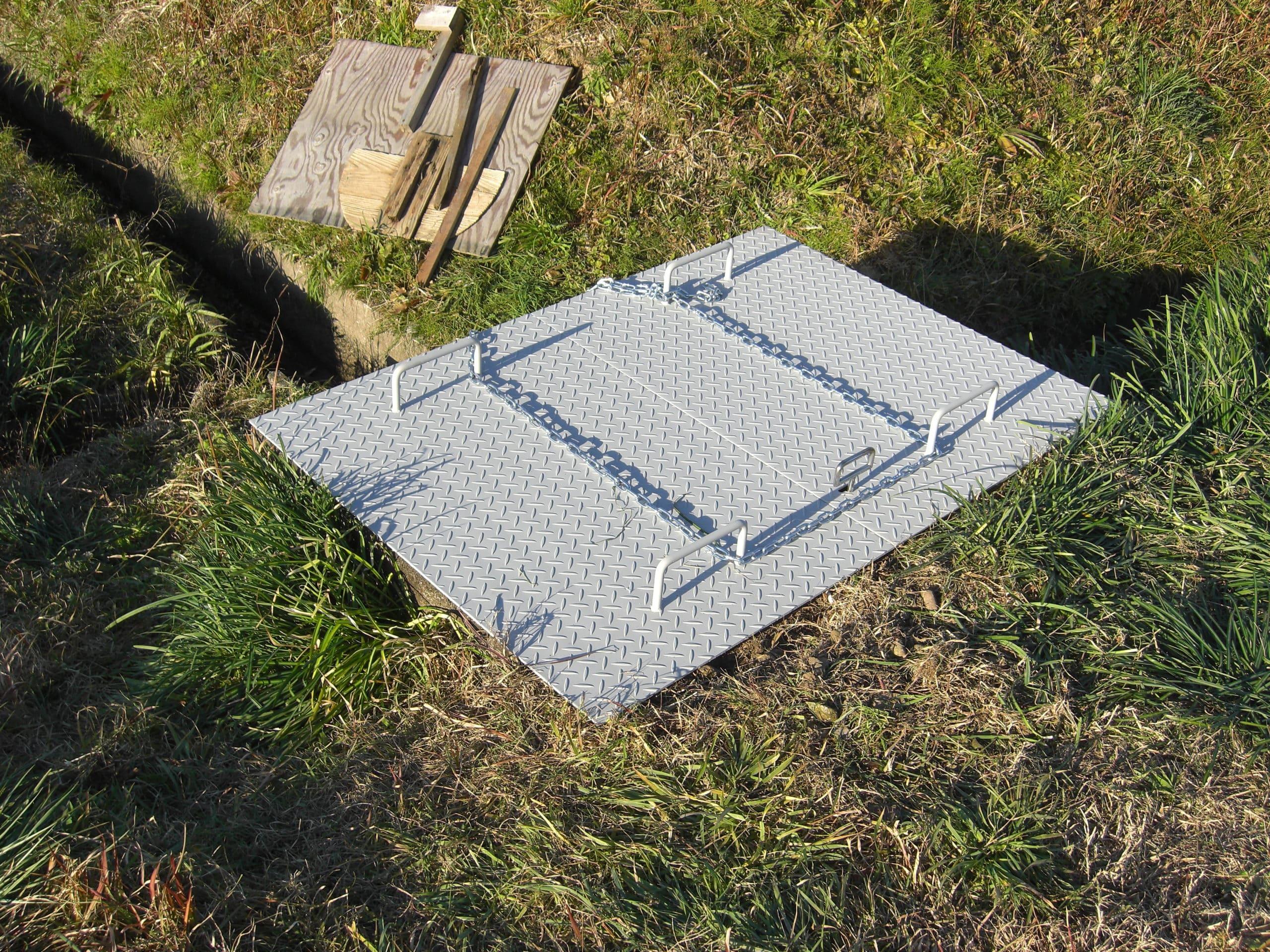 鋼製の溝蓋を設置しました。子供たちの転落防止措置です。