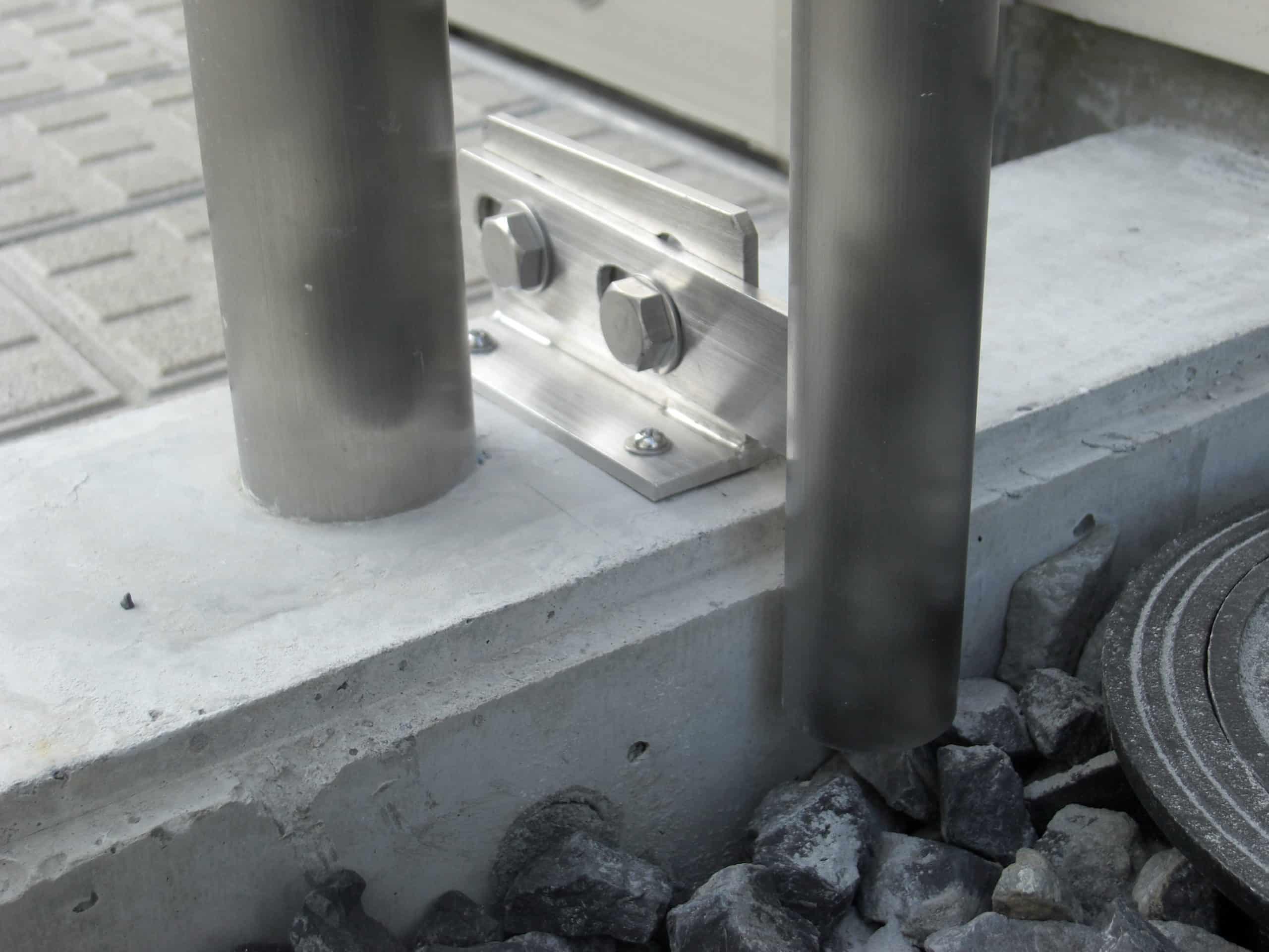 ステンレス製の縦樋を設置しました