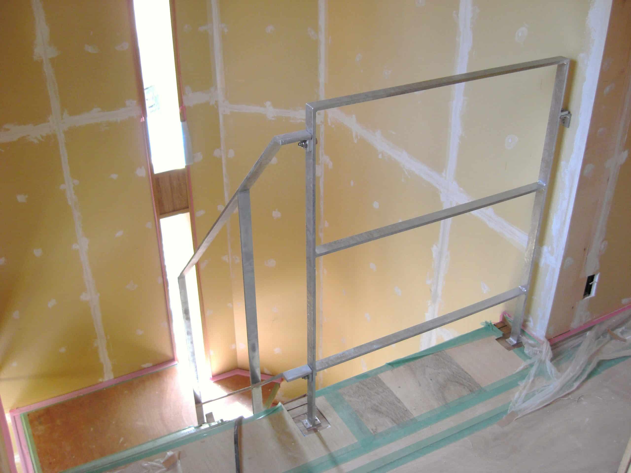 住宅のメッキ手すりと落下防止柵を製作施工しました