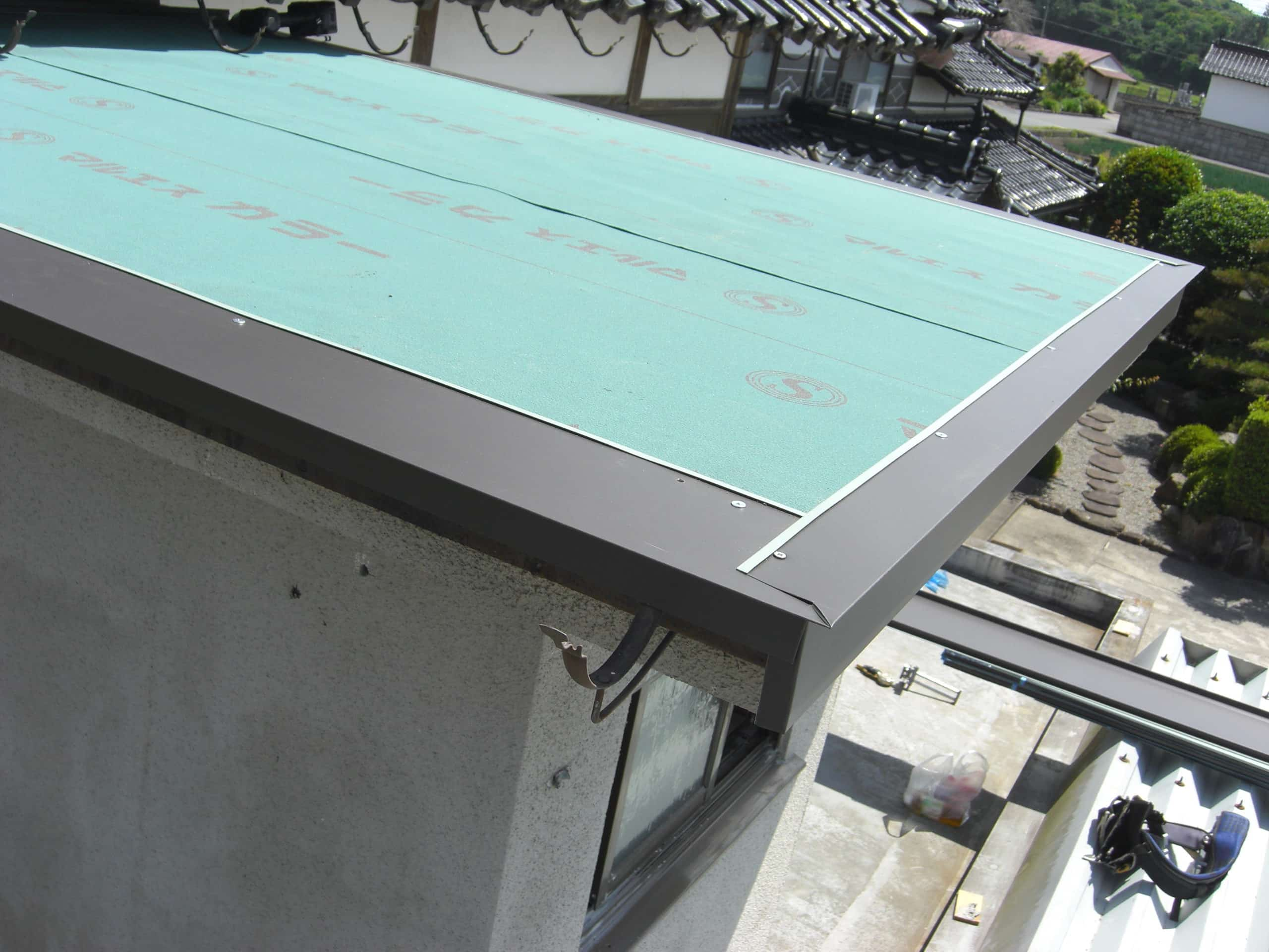 トイレの屋根を板金施工しました