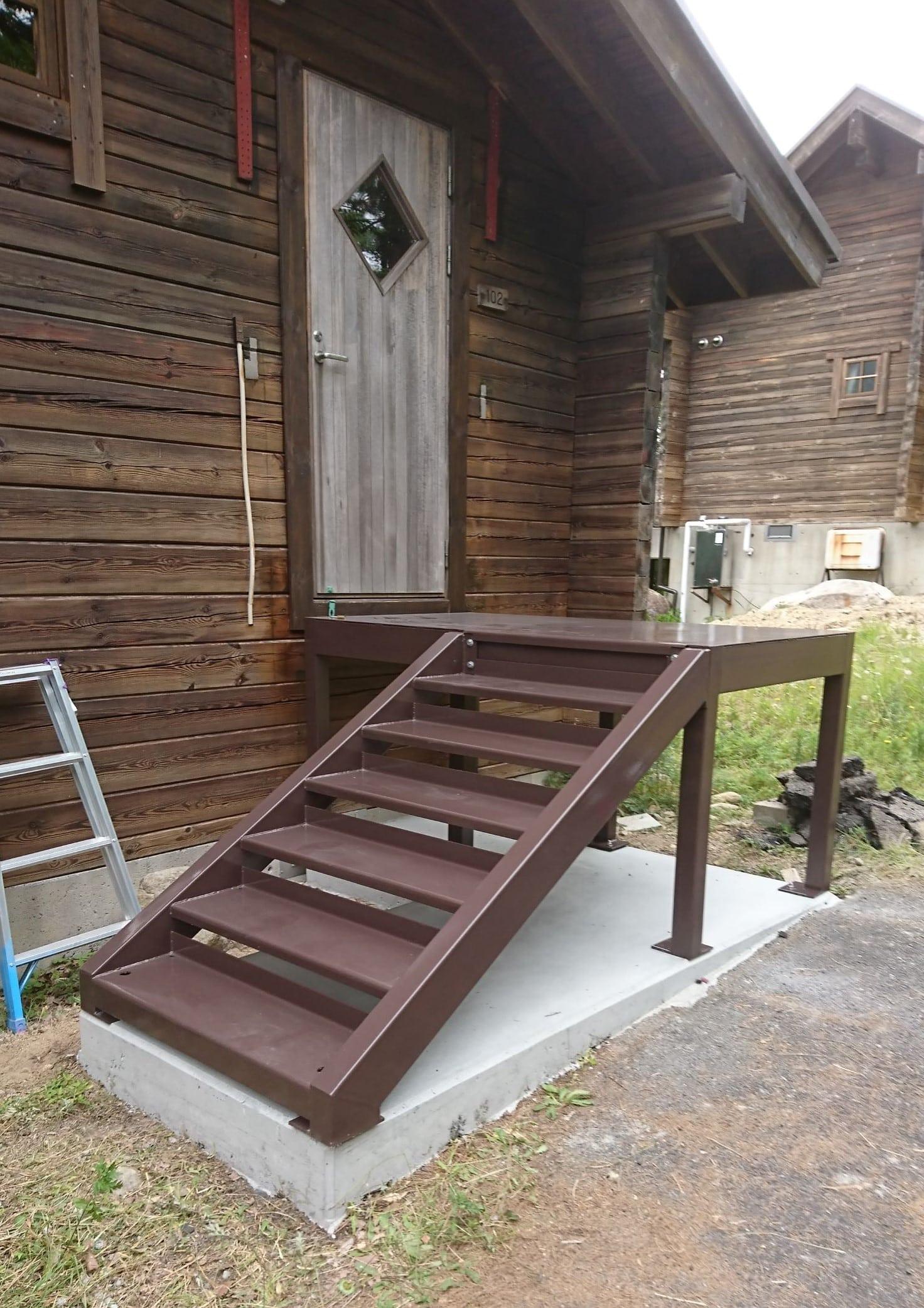 ログハウス用階段を製作施工しました