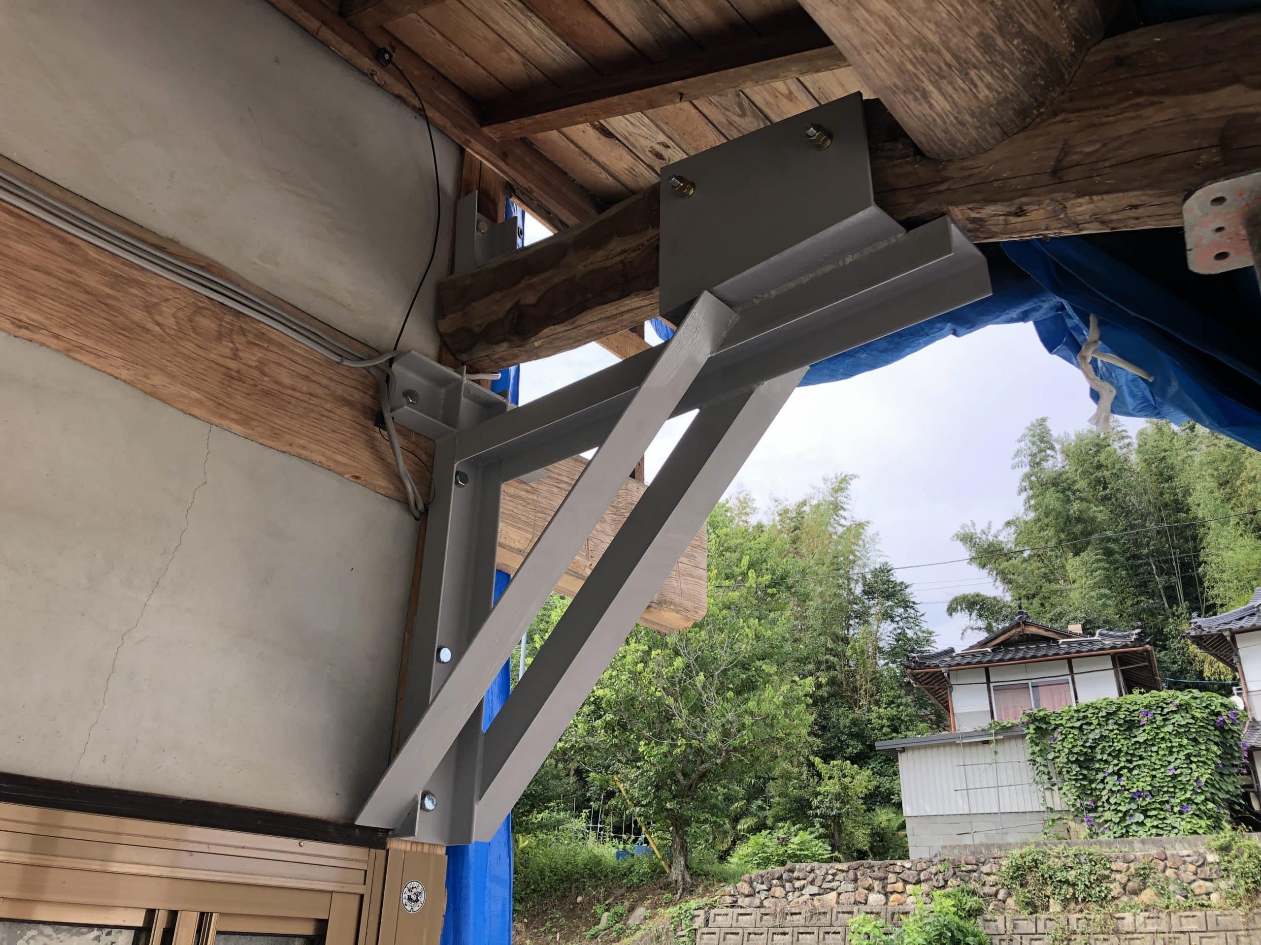 屋根の補強金物(方杖)を製作施工しました