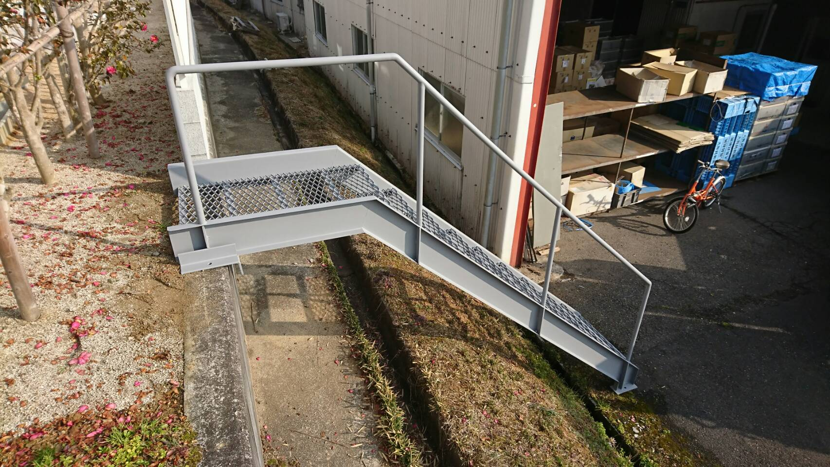 スチール製階段を製作施工しました