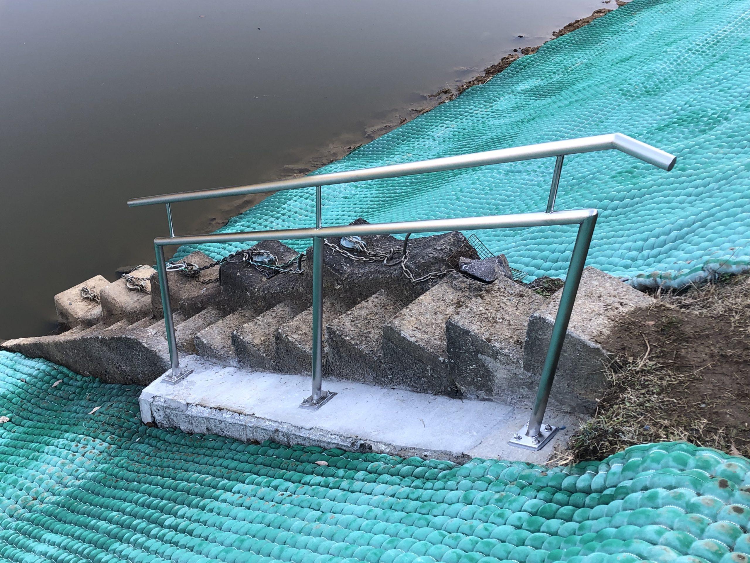 池の手すりを製作施工しました