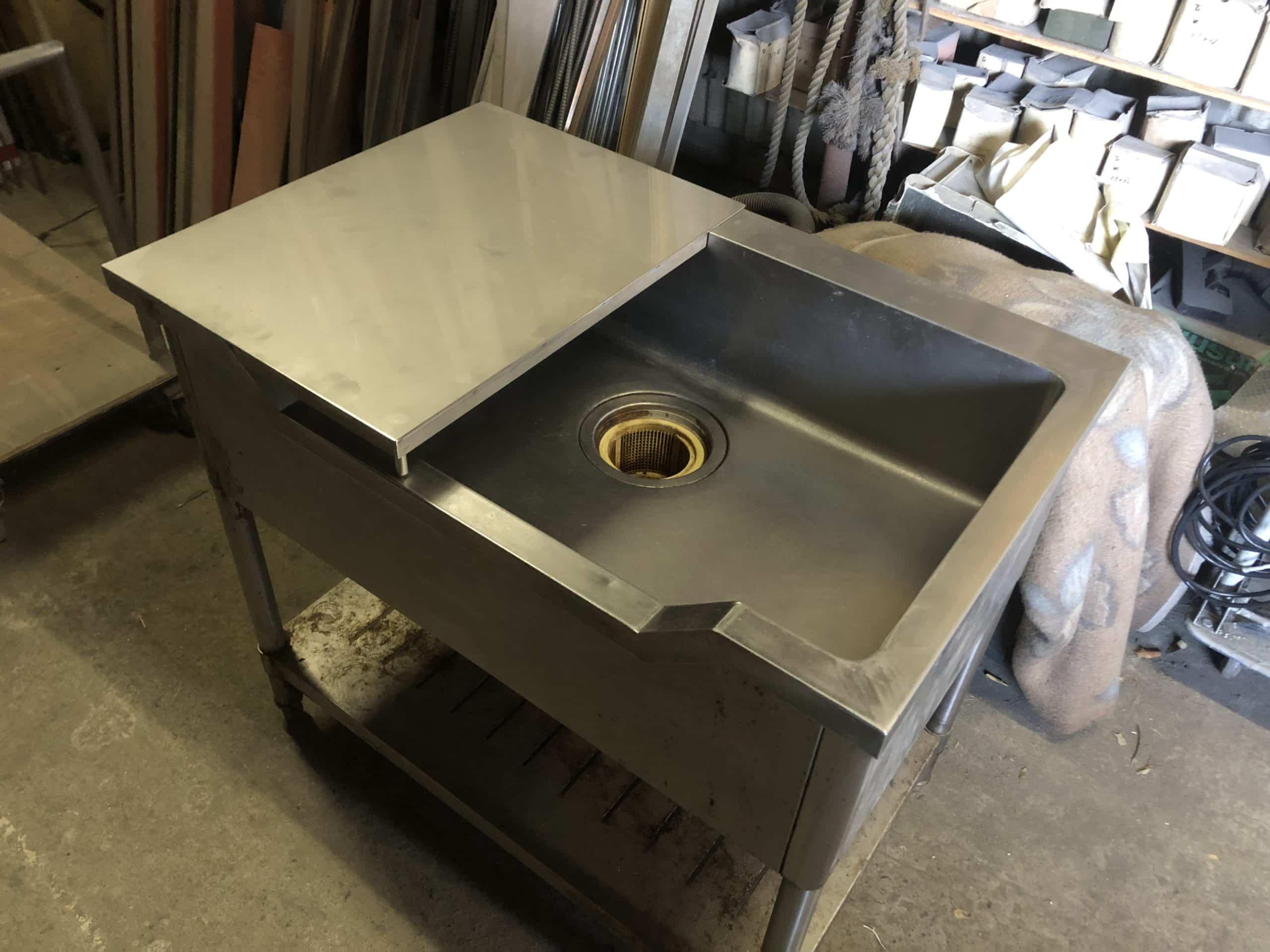 ステンレス製の調理台を製作しました