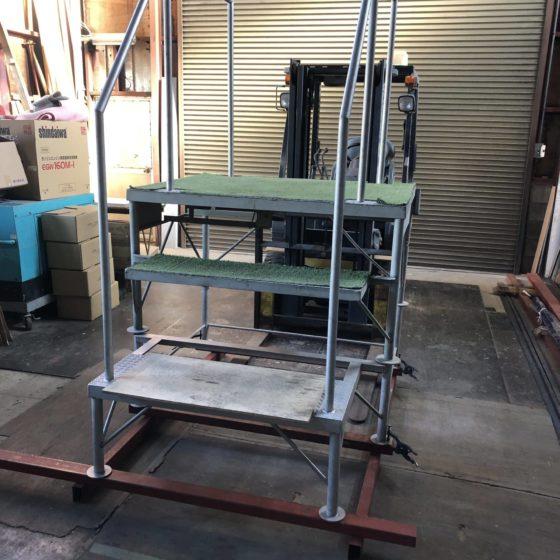 ステンレス製架台の手すり、底上げをしました