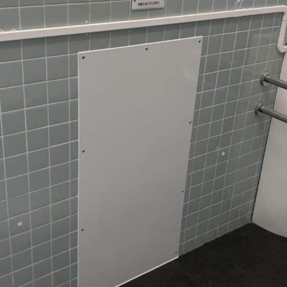 トイレの壁の穴塞ぎをしました