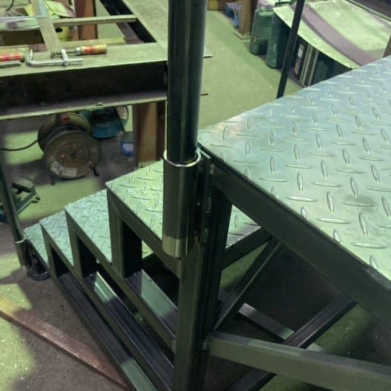 スチール製のステージを製作施工しました
