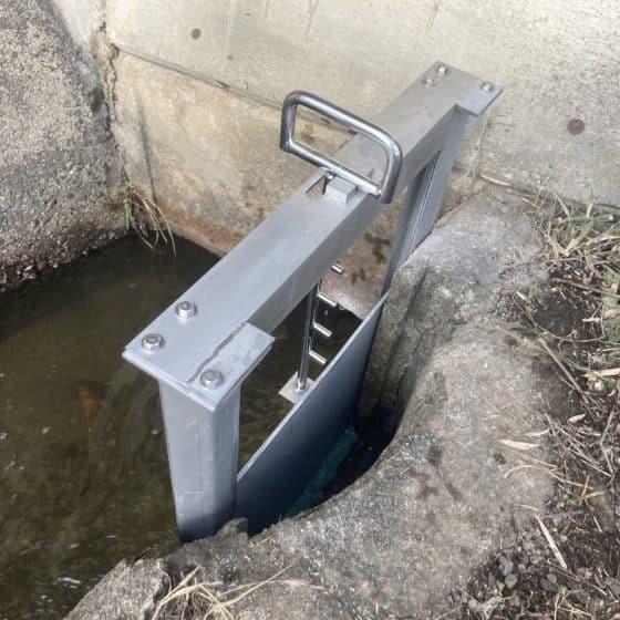 地元の水路の堰を製作施行しました