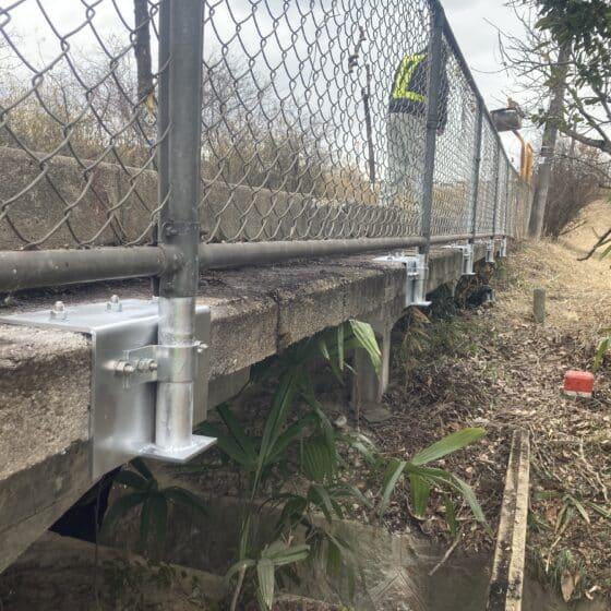 駅のフェンス支柱固定金具の改修工事をしました