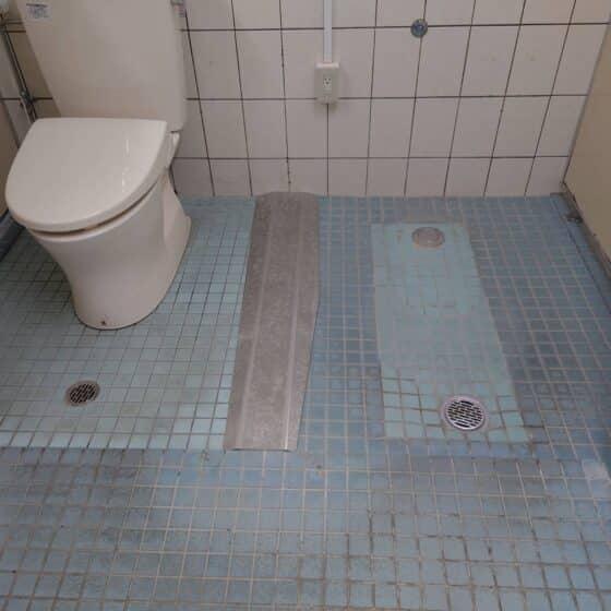 福祉施設トイレに段差解消金物を施工しました