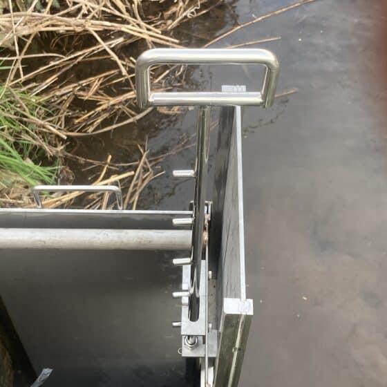 地域の川にステンレス堰板を製作施工しました