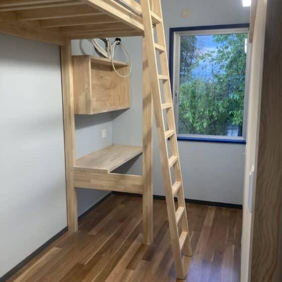 学校寮の収納棚に梯子を施工しました