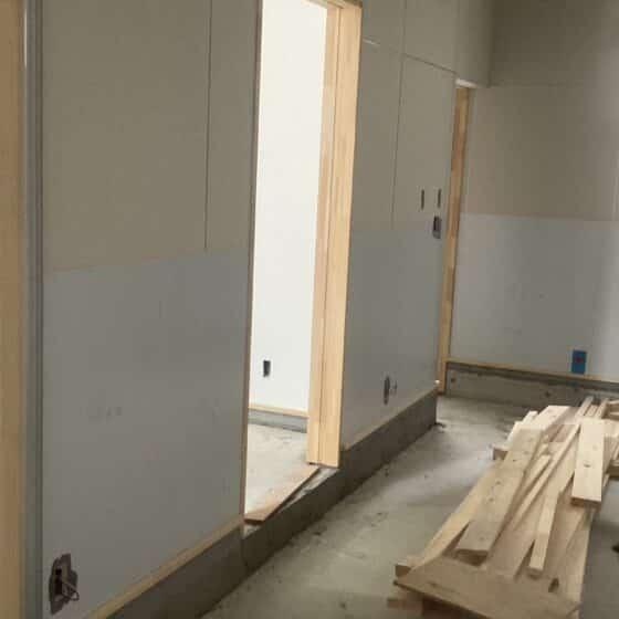 店舗の厨房にステンレスの板張りを行いました